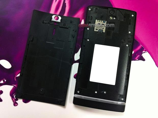 Detalhe na bateria do Xperia Arc HD (Foto: Reprodução/GSM Arena)