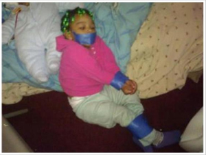 A filha de Andre Curry, amarrada, no Facebook (Foto: Reprodução)