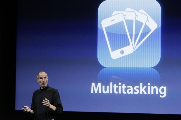 Multitarefa: iPhone de Steve Jobs iniciou a moda dos smartphones (Foto: Divulgação)