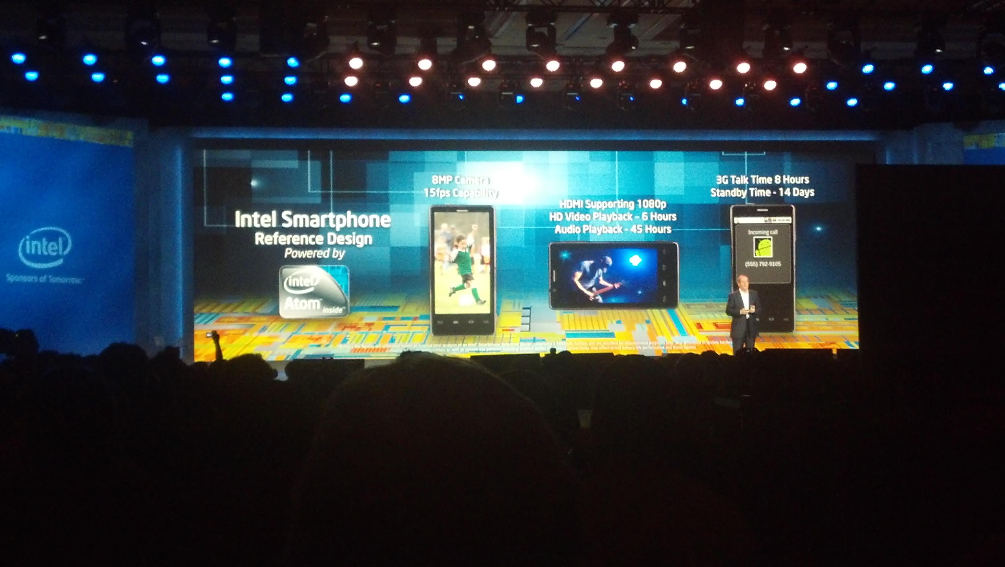 CEO da Motorola Mobility Sanjay sobe ao placo do keynote da Intel na CES 2012 (Foto: Divulgação: Nick Ellis / TechTudo)