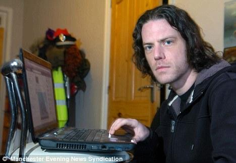 Jonathan Rawstrone encontrou agressores no Facebook (Foto: Reprodução/Daily Mail)