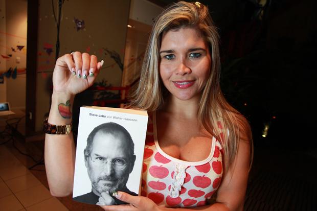 Mulher Maçã mostra sua tatuagem da Apple (Foto: TechTudo)