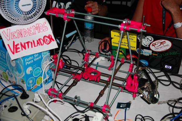 Impressora 3D brasileira, ainda incompleta (Foto: Allan Melo/TechTudo)