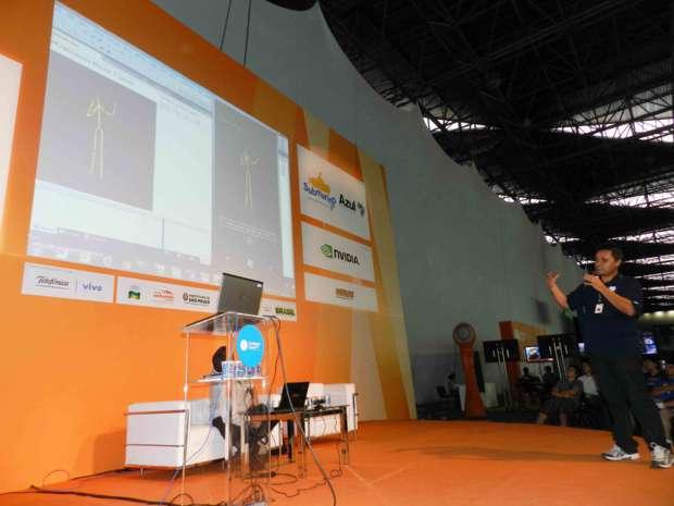 Mauricio Alegretti, demonstrando Interfaces Naturais de Usuário (Foto - Alexandre Silva - TechTudo)
