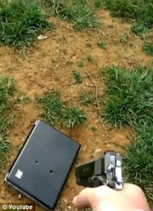 O pai atira nove vezes no laptop da filha