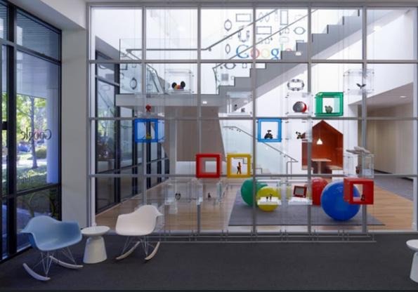 Elementos decorativos com as cores da empresa (Foto: Divulgação)