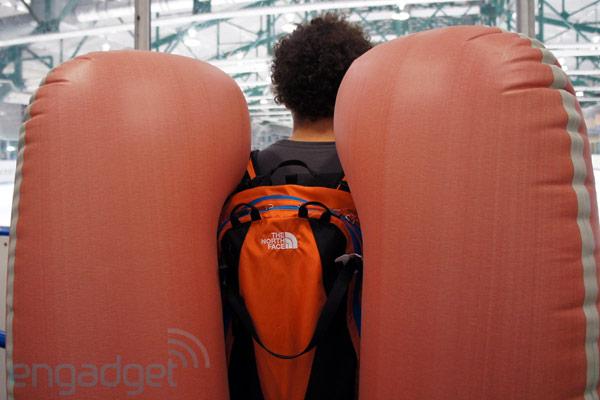 Elyse Saugstad e sua mochila com airbag (Foto: Reprodução/Engadget)
