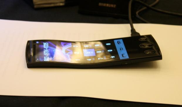 Telas flexíveis da Samsung devem estar disponíveis aos fabricantes ainda em 2012 (Foto: Reprodução/Gizmologia)