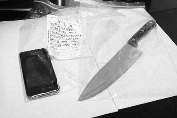 As provas do crime: o falso iPhone e a faca de cozinha utilizada por Feng (Foto: Reprodução/ChinaHush) (Foto: As provas do crime: o falso iPhone e a faca de cozinha utilizada por Feng (Foto: Reprodução/ChinaHush))