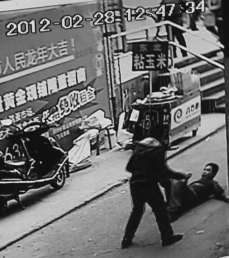 Câmera flagra cidadão esfaqueando comerciante, por causa de iPhone falso (Foto: Reprodução/ChinaHush)