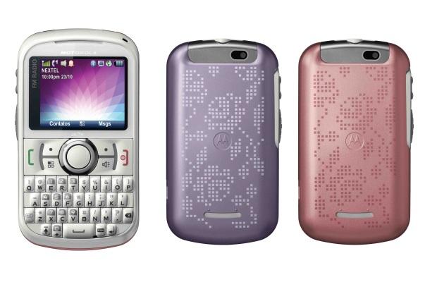 Motorola i475W está disponível na cor branca e possui capas na cor lilás e rosa (Foto: Divulgação)