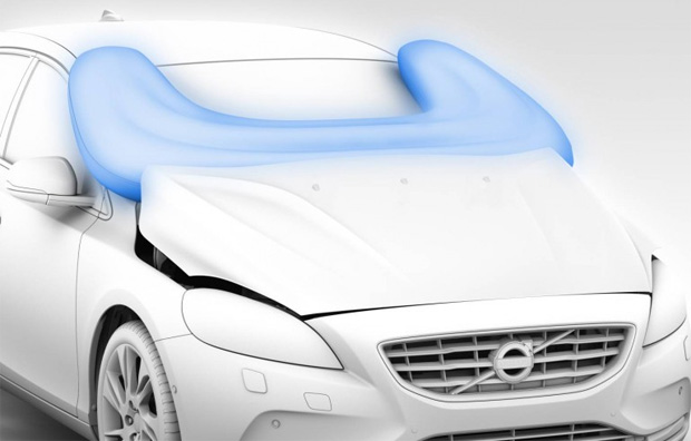 O novo V40 possui o primeiro airbag do mundo para pedestres (Foto: Divulgação)
