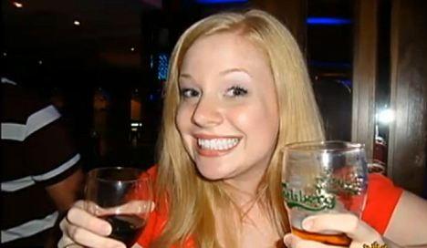 Mulher posa ao lado de bebidas alcoólicas (Foto: Reprodução/Daily Mail)