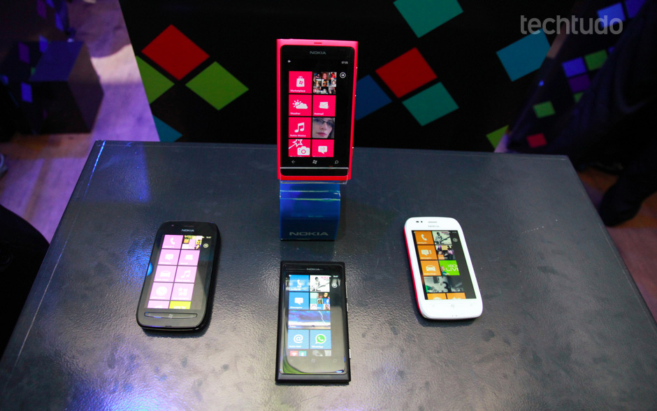 Nokia Lumia 800, acima e abaixo; e Nokia Lumia 710, à esquerda e à direita. (Foto: Allan Melo/TechTudo)