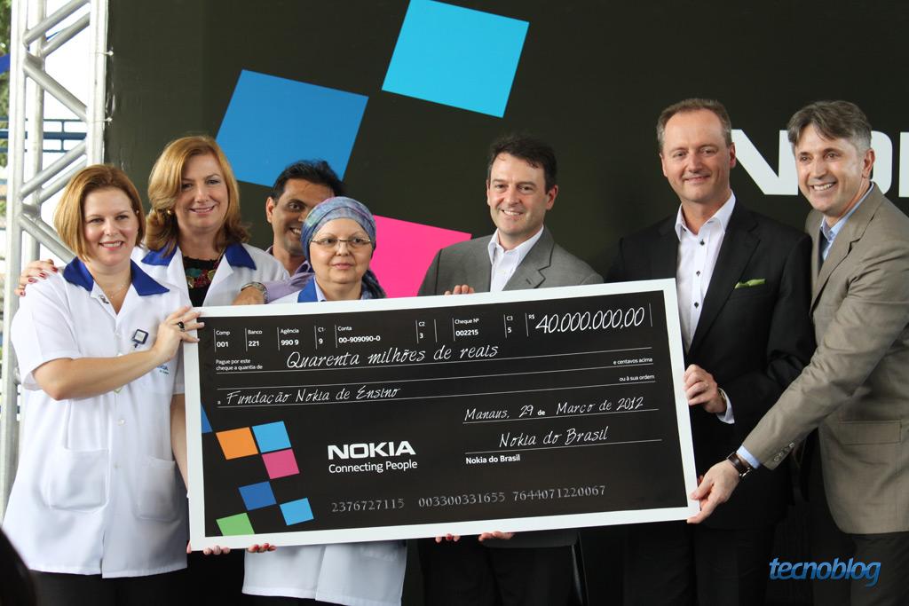 Presidente da Nokia Brasil entrega cheque (Foto: Reprodução/Tecnoblog)