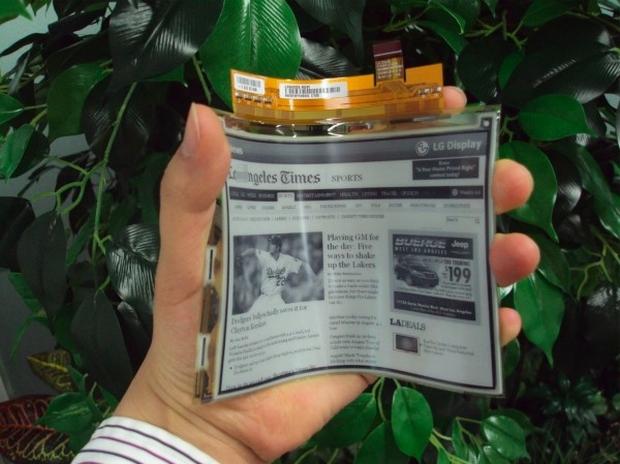 Demonstração do novo papel flexível da LG (Foto: Reprodução)
