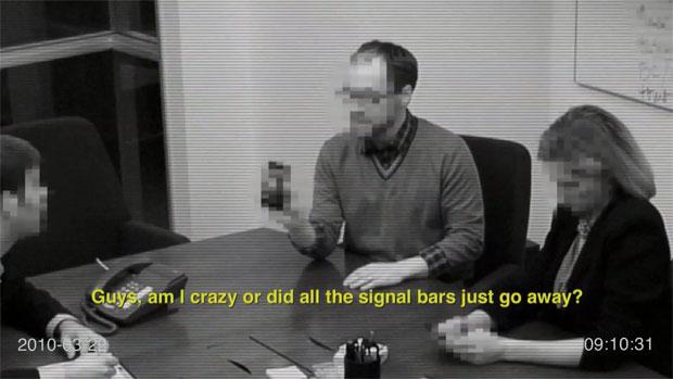 """""""Pessoal, estou louco ou acabei de perder todas as barras de sinal?"""" """"Você está segurando da forma errada"""" (Foto: Reprodução)"""