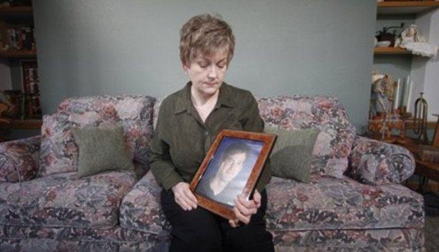 Karen Williams olha para a foto de seu filho morto em um acidente de moto (Foto: Reprodução/Daily Mail)