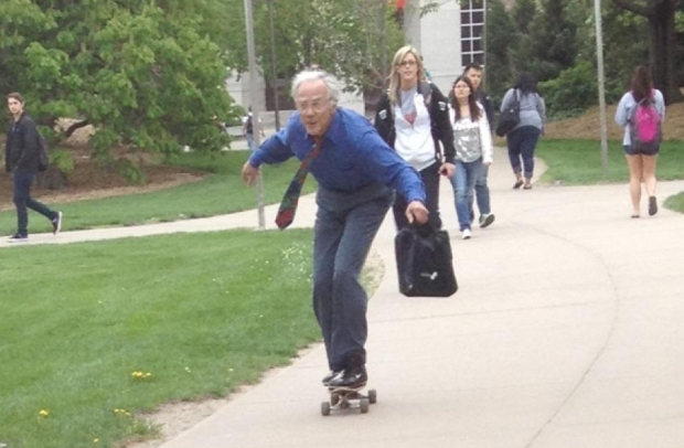 Tom Winter, professor de 68 anos de idade, em a&#231;&#227;o no skate (Foto: Reprodu&#231;&#227;o/Reddit)