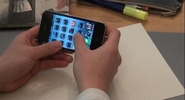 Película Buff promete manter a tela do seu iPhone imune a marteladas (Foto: Reprodução/YouTube)