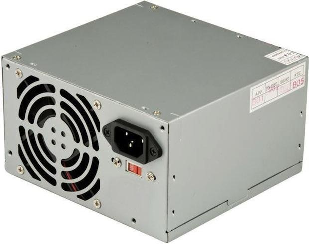 Fonte de computador com chave seletora de tensão definida em 220 volts (Foto: Reprodução / Ibyte)