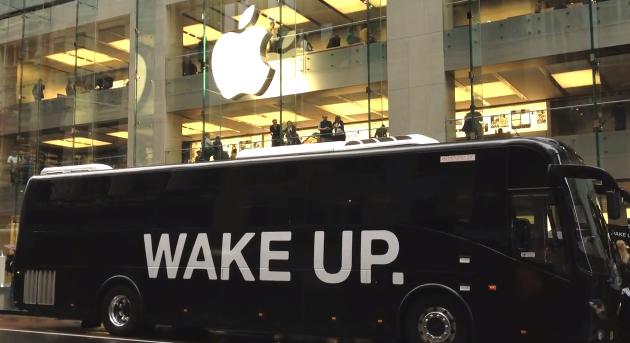 Ônibus da campanha em frente à Apple Store (Foto: Reprodução)