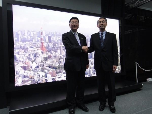 Diretores das empresas posam com a super televisão ao fundo (Foto: Divulgação)