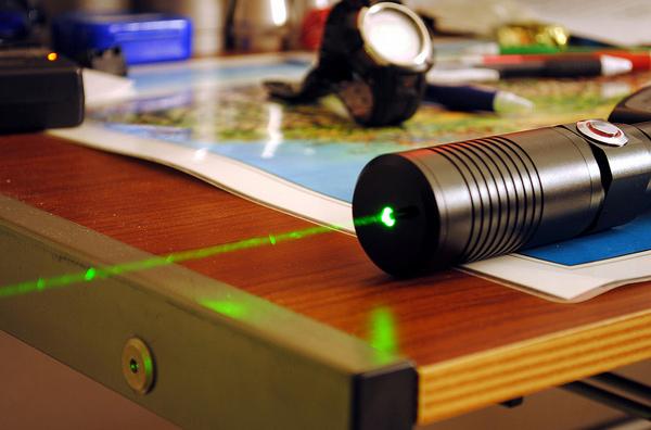 Feixes de laser permitem transmissão de dados (Foto: Reprodução/Tecnoblog)