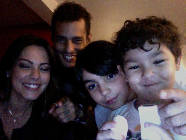 Diana Bouth com o marido, o irmão Theo e o filho Pedro se reúnem para jogar Wii (Foto: Divulgação)