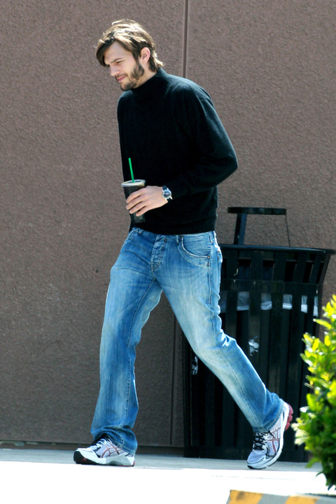 Kutcher com os trajes tradicionais de Jobs (Foto: TMZ) (Foto: Kutcher com os trajes tradicionais de Jobs (Foto: TMZ))