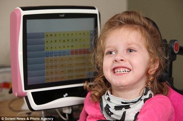 Pequena menina falou suas primeiras palavras graças a um laptop (Foto: Reprodução) (Foto: Pequena menina falou suas primeiras palavras graças a um laptop (Foto: Reprodução))