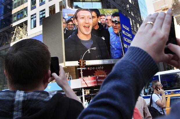 Mark Zuckerberg dá início a venda de ações do Facebook na bolsa de Nova Iorque. (Foto Shannon Stapleton/Reuters)