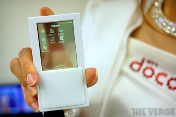 Docomo apresentou telefone com tela transparente no Japão (Foto: Reprodução)