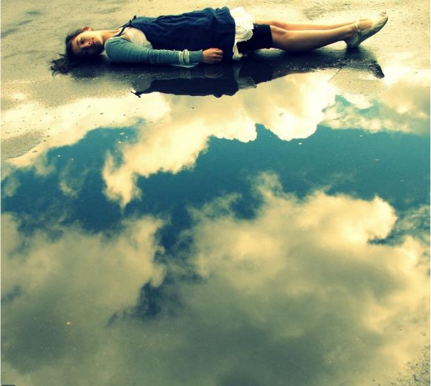O paraíso é na Terra. Água serve de espelho do céu, que refletido parece montagem. (Foto: Nikki Jane)
