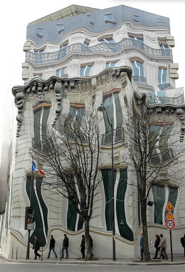 Palácio francês parece distorcido mas na verdade é o tapume colado a frente da obra (Foto Poussnik)
