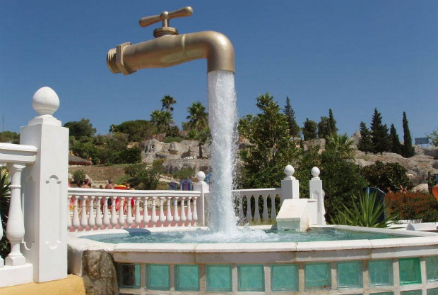 Sustentação da torneira se esconde na queda d'água de um parque aquático na Espanha. (Foto: Divulgação)