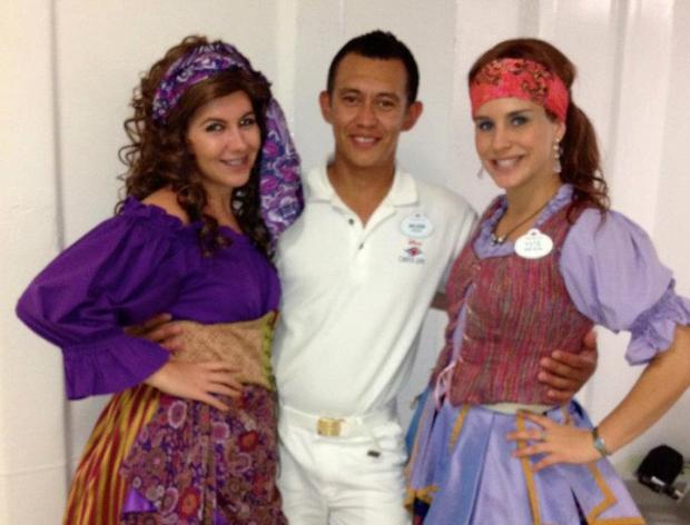 Foto mostra funcionário de cruzeiro ao lado de duas mulheres (Foto: Reprodução/Facebook)