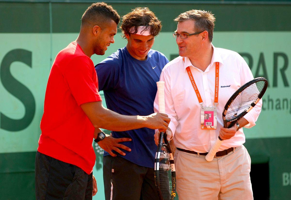 """Rafael Nadal testando a """"smart raquete"""" em Roland Garros (Foto: Reprodução/Facebook)"""