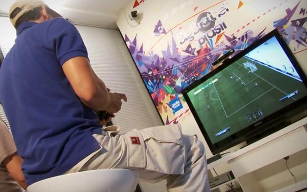 Tulio Maravilha ensaia o gol mil em FIFA 12 (Foto: Allan Melo / TechTudo)