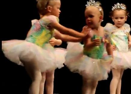 Meninas brigam enquanto coleguinha de ballet só assiste (Foto: Reprodução) (Foto: Meninas brigam enquanto coleguinha de ballet só assiste (Foto: Reprodução))