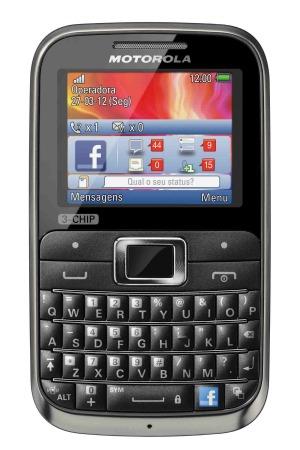 Novo celular tri-chip da Motorola é bem semelhante a modelo dual-chip (Foto: Divulgação)