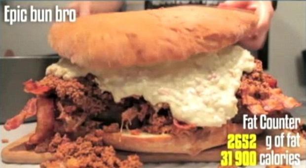 Hambúrguer com 32 mil calorias (Foto: Reprodução)