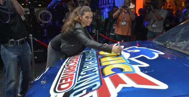 Danica Patrick assina seu carro, e será personagem jogável (Foto: VG 24/7)