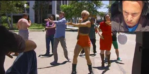 Homem fica surpreso enquanto pessoas dançam (Foto: Reprodução/ YouTube)