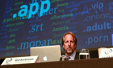 Representante da ICANN mostra os domínios mais requisitados (Foto: Reprodução/The Guardian)