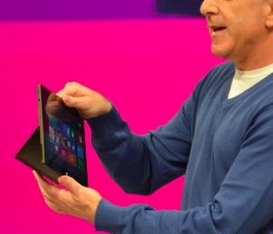 """O suporte """"Kickstand"""" faz parte do tablet (Foto: Reprodução/The Verge)"""