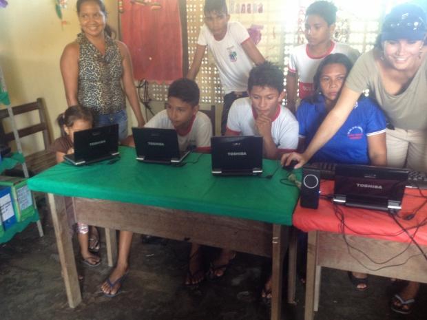 Alunos da comunidade de Suruacá usando os notebooks na sala de aula (Foto: Nick Ellis/TechTudo)