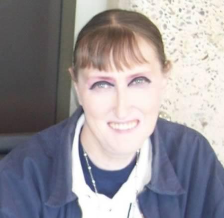 Garota usando delineador de forma incorreta (Foto: Reprodução/Oddee)