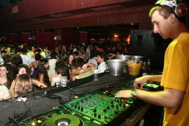 DJ Theo Back é fã dos jogos musicais (Foto: Reprodução)