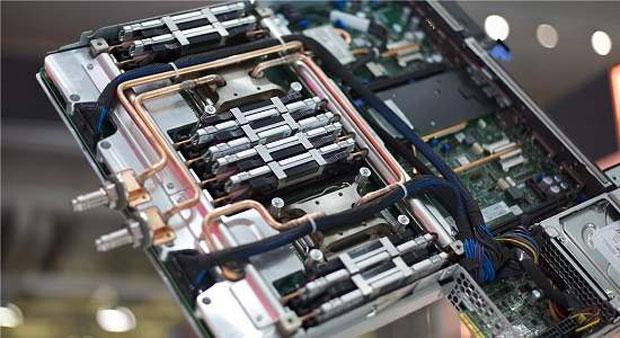 Pequenas tubulações de cobre levam a água quente que resfria o SuperMUC (Foto: Reprodução)